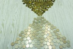 Куча монеток изолированных на белом взгляде сверху стоковая фотография