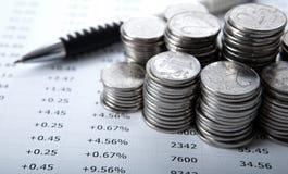 Куча монеток и подсчитывать стоковое изображение
