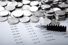 Куча монеток и подсчитывать стоковая фотография