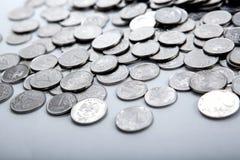 Куча монеток на белизне стоковые изображения rf