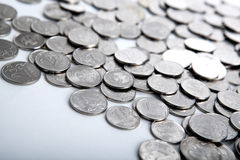 Куча монеток на белизне стоковые изображения
