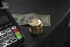 Куча монеток титана золота и стержня POS с hindred банкнотой доллара на предпосылке Титаны Cryptocurrency e стоковое изображение