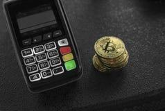 Куча монеток Bitcoin золота и стержня POS Cryptocurrency Bitcoins Электронная коммерция, дело, концепция финансов, креня стоковое изображение
