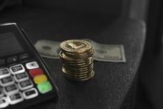 Куча монеток Litecoin золота и стержня POS с hindred банкнотой доллара на предпосылке Linecoins Cryptocurrency стоковое изображение