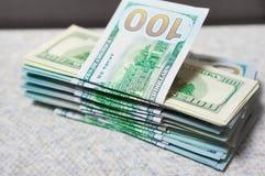 Куча новых и старых 100 долларовых банкнот Стоковые Изображения