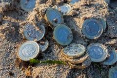 Куча новых монеток фунта стоковое фото rf