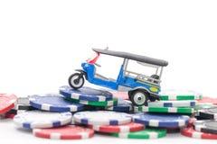 Куча обломоков казино и tuk tuk ездят на такси на белизне Стоковое Фото