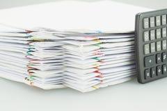 Куча обработки документов перегрузки белой с черным калькулятором установила вертикаль Стоковое Изображение