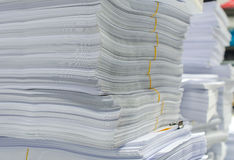 Куча документов на столе штабелирует вверх высоко ждать, который нужно управлять Стоковые Изображения RF
