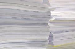 Куча документов на столе штабелирует вверх высоко ждать, который нужно управлять Стоковые Фото