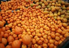 Куча органических апельсинов для продажи на рынке местных фермеров, свежем m Стоковая Фотография