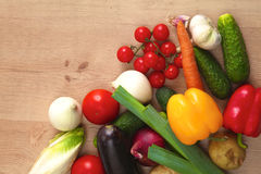 Куча органических овощей на деревянном столе Стоковые Изображения RF