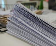 Куча отчета о белой бумаги стоковые изображения rf