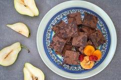Куча очень вкусных пирожных шоколада горизонтальный, деревенский стиль Серая каменная предпосылка Взгляд сверху Конец-вверх Стоковое фото RF