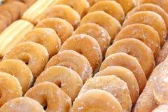 Куча очень вкусных donuts с предпосылкой сахара Стоковое фото RF