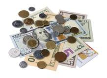 Куча долларовых банкнот и монеток изолированных на белой предпосылке Стоковое Изображение RF