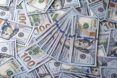 Куча 100 долларовых банкнот Стоковые Фотографии RF