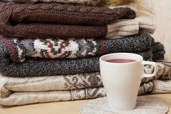 Куча одежд зимы и крышки обдумыванного вина Стоковое Изображение RF