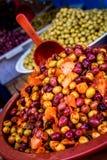 Куча оливок на рынке в medina, Марокко стоковая фотография