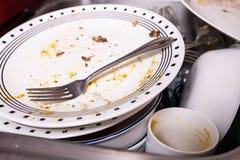 Куча пакостных блюд в раковине стоковое фото rf