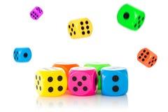 Куча падать dices с передними одними в фокусе Стоковые Изображения RF