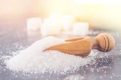 Куча песка белого сахара с деревянным ветроуловителем на темной предпосылке Стоковая Фотография