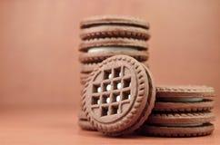 Куча печений обломока шоколада заполнила с ванильными белыми cream лож на деревянной коричневой поверхности Biscu сладостного и в Стоковая Фотография
