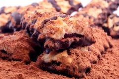 Куча печений shortbread с замороженностью варенья и шоколада на разбросанном буром порохе Стоковое Изображение