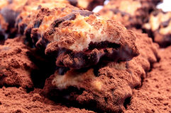 Куча печений shortbread с замороженностью варенья и шоколада на разбросанном буром порохе Стоковые Фото