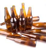 Куча пивной бутылки на белой предпосылке стоковые изображения rf