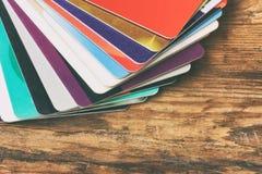 Куча пластичных кредитных карточек на деревянном столе Стоковые Изображения RF