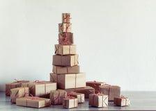 Куча подарков рождества обернутых в деревенской бумаге стоковая фотография rf
