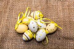 Куча покрашенного желтым цветом пасхального яйца Стоковое фото RF
