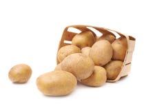 Куча помытых картошек в деревянной корзине Стоковые Изображения RF