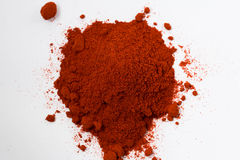 Куча порошка красного перца изолированного на белой предпосылке Стоковая Фотография RF