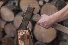 Куча прерванной древесины, конца вверх на оси, режа швырок и подготавливая древесину зимы Стоковые Изображения