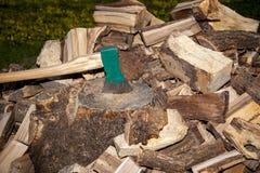 Куча прерванной древесины, конца вверх на оси Стоковые Фото