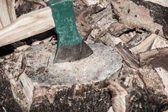 Куча прерванной древесины, крупного плана на оси Стоковые Фотографии RF