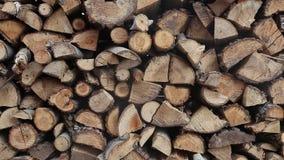 Куча прерванной древесины огня подготовила на зима, деревянные текстуры видеоматериал