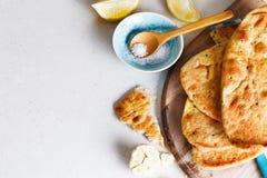 Куча плоских хлеба и специй на таблице Стоковые Изображения RF