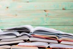 Куча различных книг на деревянной предпосылке Стоковое фото RF