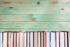 Куча различных книг на деревянной предпосылке Стоковые Изображения