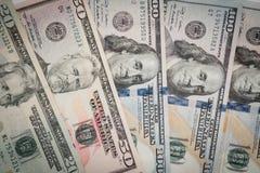 Куча различных счетов денег доллара США американских распространила на таблице Стоковая Фотография