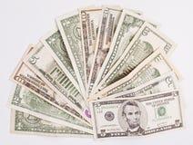 Куча различных счетов денег доллара США американских распространила на белом b Стоковое Изображение RF
