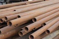 Куча ржавых труб металла лежит на том основании Трубы для воды и трубопровода, крупного плана стоковое фото