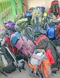 Куча рюкзаков перед путешествием стоковое фото rf
