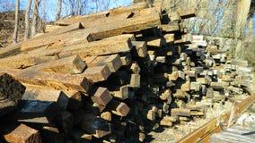 Куча сброшенных железнодорожных связей, посыпанная outdoors Стоковые Фото