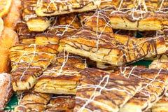 Куча свежего крупного плана продуктов хлебопекарни еда рыб огурца принципиальной схемы цыпленка сыра бургера предпосылки глубокая Стоковое Изображение
