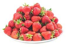 Куча свежей красной клубники на белой изолированной плите Стоковая Фотография