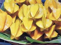 Куча свежих желтых плодоовощей звезды на лист банана Стоковая Фотография